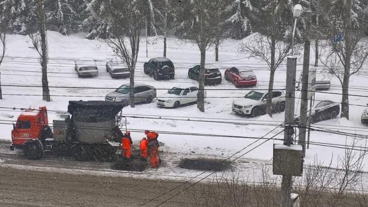«Первоапрельская шутка от дорожников»: улицу Мичурина ремонтируют, несмотря на снегопад