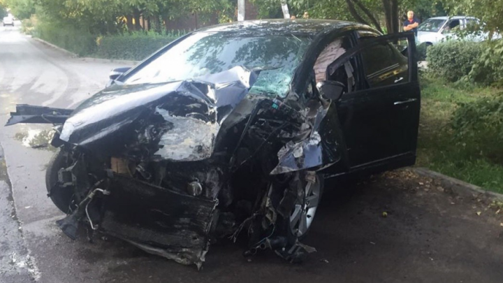Ребенок вылетел из салона после столкновения машины с деревом в Ростове
