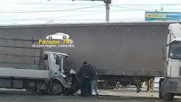 «Водителя зажало»: у грузовика, влетевшего под фуру на ЧМЗ, расплющило кабину