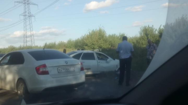 В Самарской области «Приору» развернуло против движения: машину вынесло на обочину