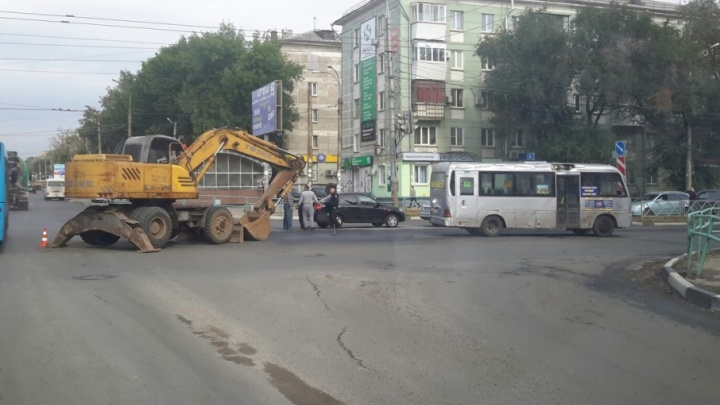 На улице XXII Партсъезда экскаватор стрелой снес крышу маршрутке