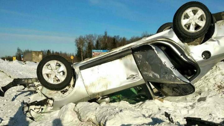 В Ярославской области на трассе «Рено» перевернулся на крышу: пострадал водитель