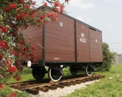 На «Азоте» установили памятник железнодорожному вагону