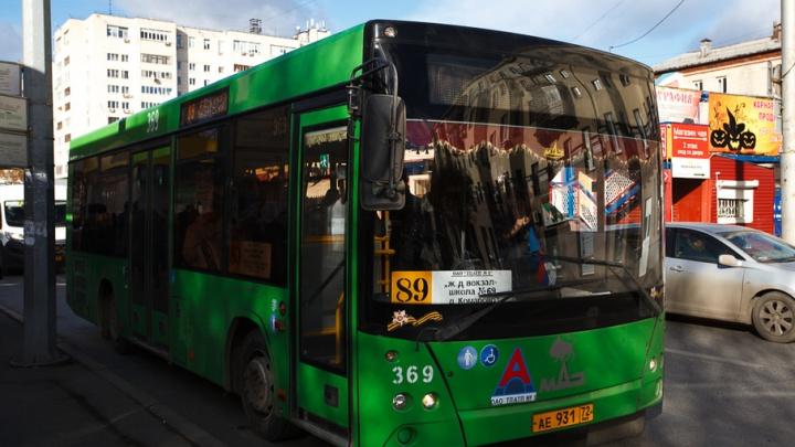 До конца 2017 года тюменские автобусы оснастят терминалами для бесконтактной оплаты проезда