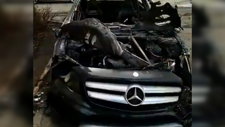 Сгорел за пару минут: ночью в Ярославле полыхал дорогой «Мерседес»