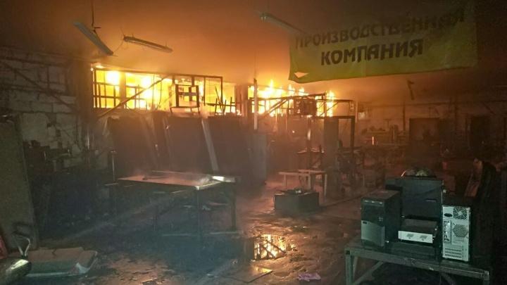 На Луганской запылал цех компании, которая делает сейф-двери