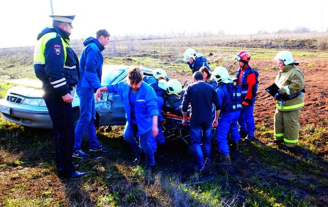 Под Самарой МАЗ и «Дэу» вылетели в кювет после ДТП: женщина и ребенок оказались зажаты в машине