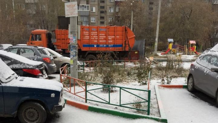 «Войдите в положение»: почему мусоровоз крушит новый асфальт в челябинском дворе