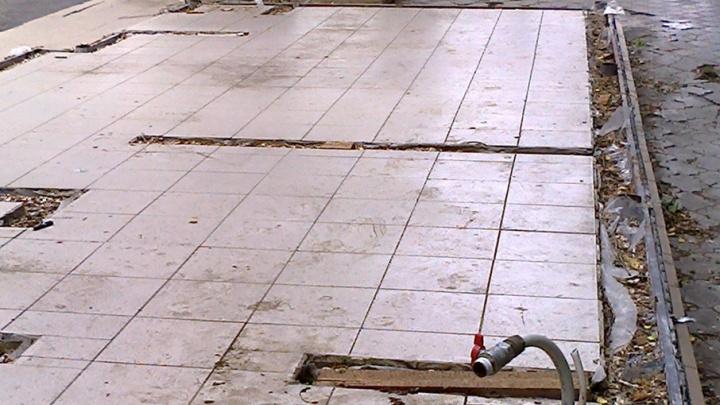 В центре Волгограда брошен наполовину снесенный павильон