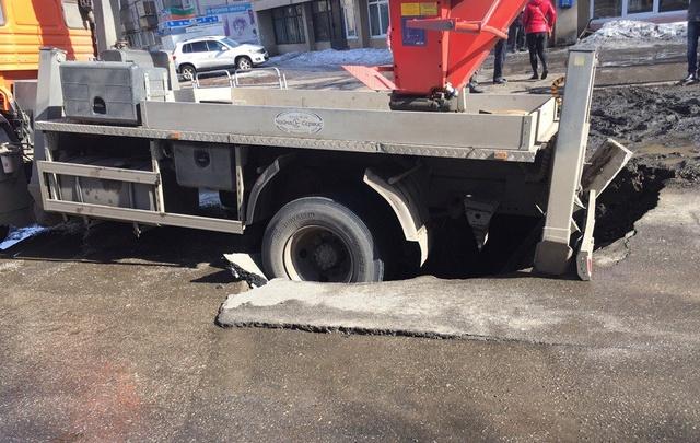 Снег сошёл с асфальтом: КАМАЗ провалился под землю
