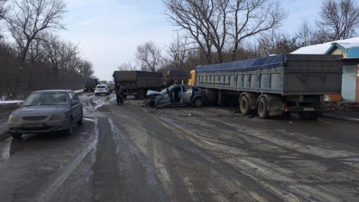 На трассе Ростов — Ставрополь КАМАЗ «догнал» «Форд-Фокус»