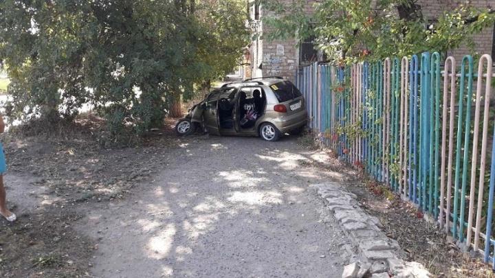 В Волгограде младенец попал в больницу из-за ямы на дороге