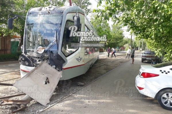 Трамвай подмял под себя бетонную опору