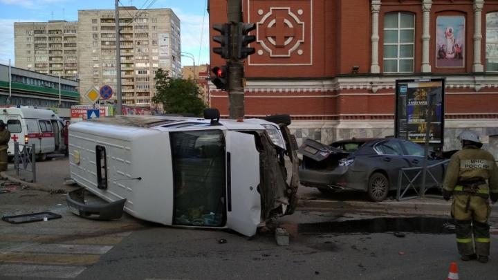 Три человека пострадали при столкновении иномарки и маршрутки в центре Перми