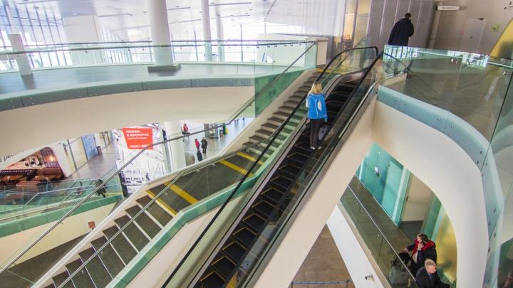 В аэропорту Курумоч двухлетняя девочка растянула руку во время движения на эскалаторе