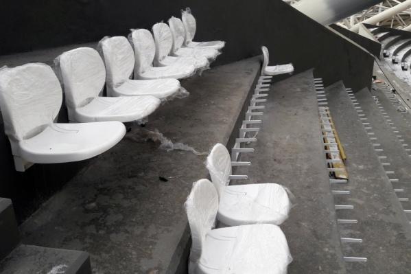 Пока на стадионе установили 10 кресел