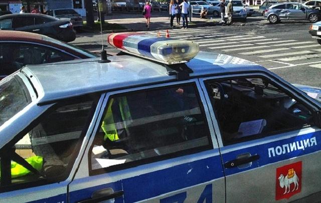 На оживлённом перекрёстке в центре Челябинска столкнулись иномарка, троллейбус и фура