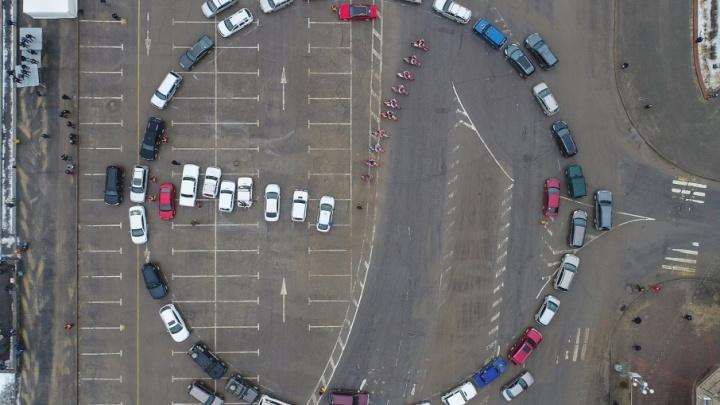 Всё, как по часам: сотня водителей Волгограда «завела» огромный циферблат