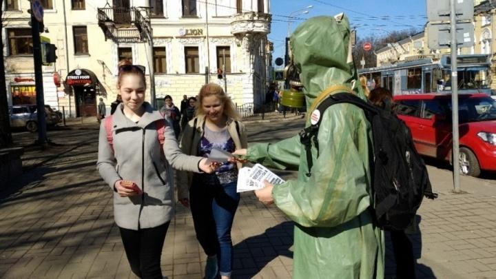 Ярославец в противогазе вышел бороться против московского мусора
