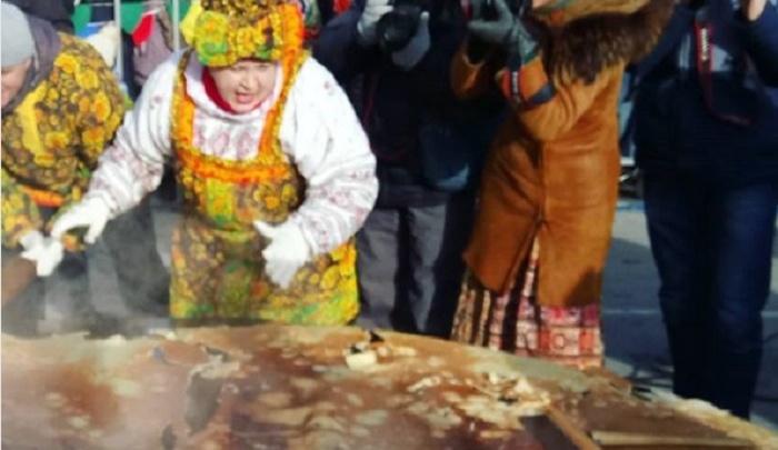 В Ялуторовске снова попытались перевернуть трехметровый блин, на который ушло 36 литров теста