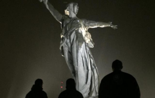 Украинские «Грибы» скрыли лицо на фоне «Родины-матери»