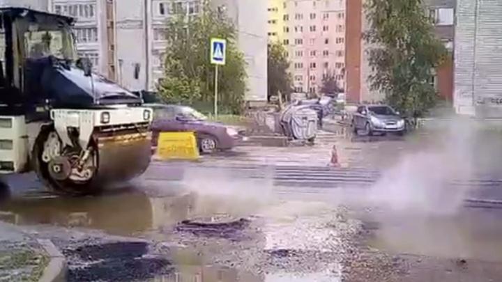 Подрядчика, закатавшего асфальт в лужу, заставили переделать дорогу в Ярославле