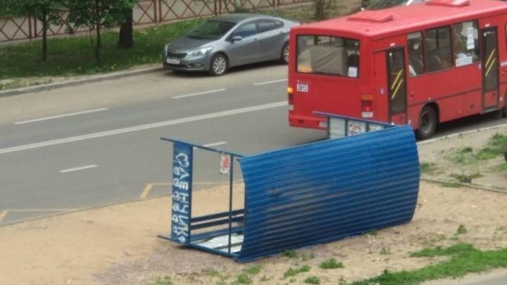 В Ярославле сильным ветром сдуло остановку рядом с девушкой