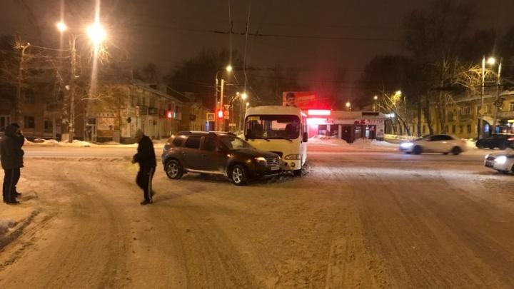 На проспекте Кирова пассажирский автобус протаранил «Рено»