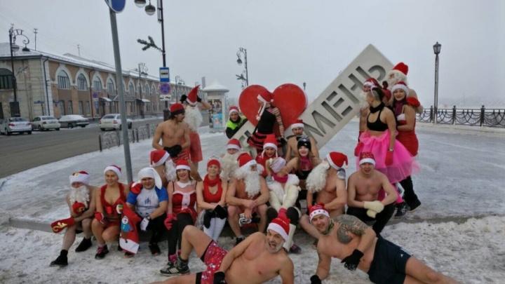 35 голых Дедов Морозов и Снегурочек необычно поздравили тюменцев с Новым годом