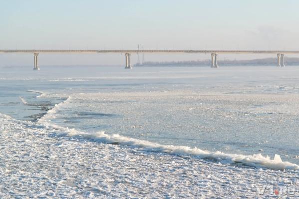 Сильное течение на Волге ломает тонкий и непрочный лёд