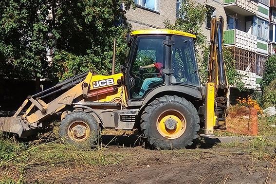 Срубили деревья и привезли бытовки: челябинцев беспокоит появление рабочих в Калининском районе