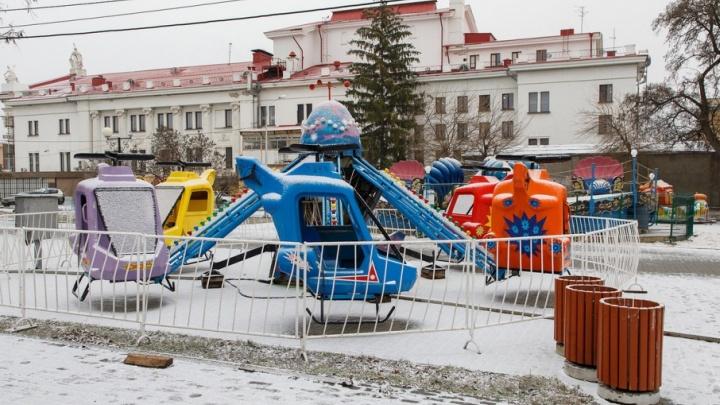 В Комсомольском парке Волгограда ради новогоднего веселья переселили аттракционы