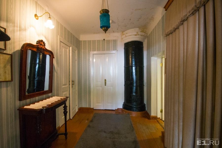 Внутри дома попытались сохранить ту атмосферу, какая была при писателе.
