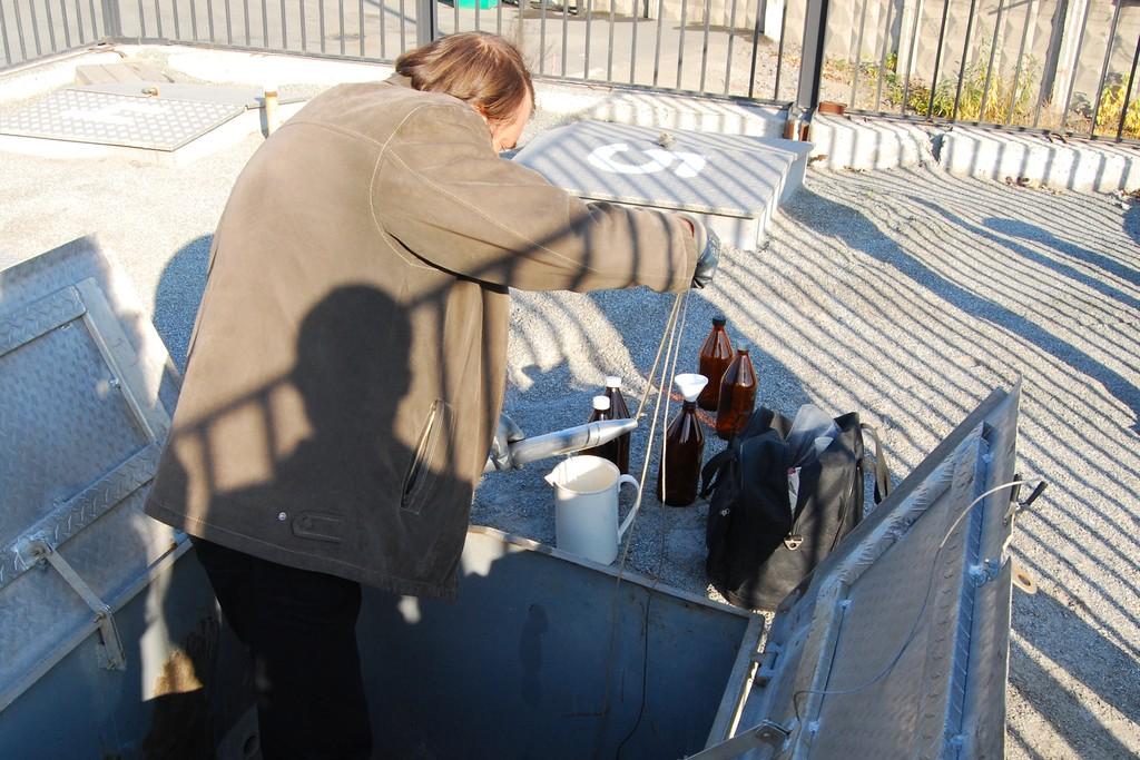 Вот так делается отбор проб профессионалами: специальным стаканом топливо забирается прямо из хранилища. Если администрация АЗС откажется содействовать, набирать придется из колонки, а это не соответствует нормативам (пока)