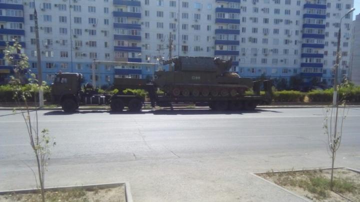 По плавящимся от жары дорогам Волгограда прогнали многотонную военную технику