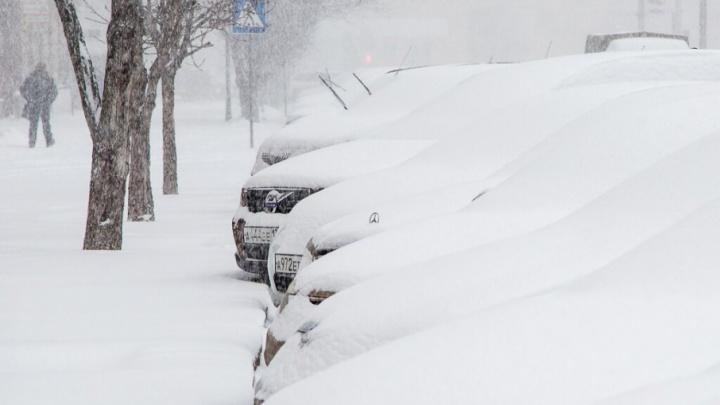 В Волгограде снежная лавина покорежила иномарку