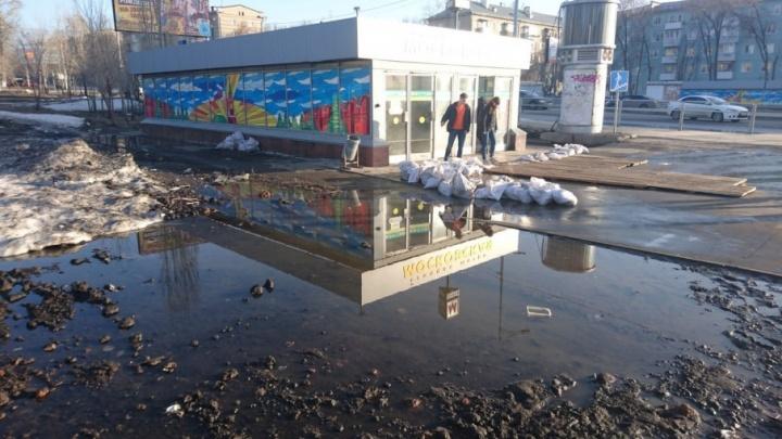 В Самаре талые воды подтопили вход на станцию метро «Московская»
