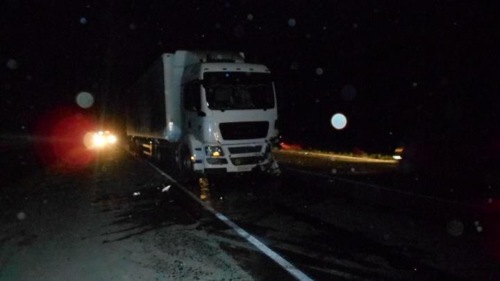 Уходил от столкновения и врезался в грузовик: в ДТП под Тюменью погибли два человека