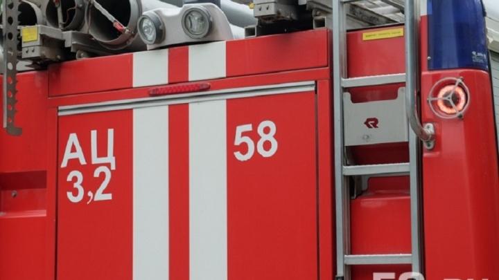 Вытащили через окно: в Прикамье соседи спасли из горящего дома пенсионерку