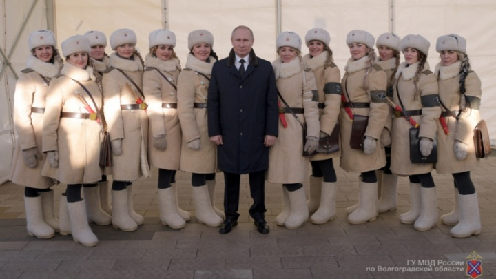 Владимир Путин вернулся к волгоградским регулировщицам