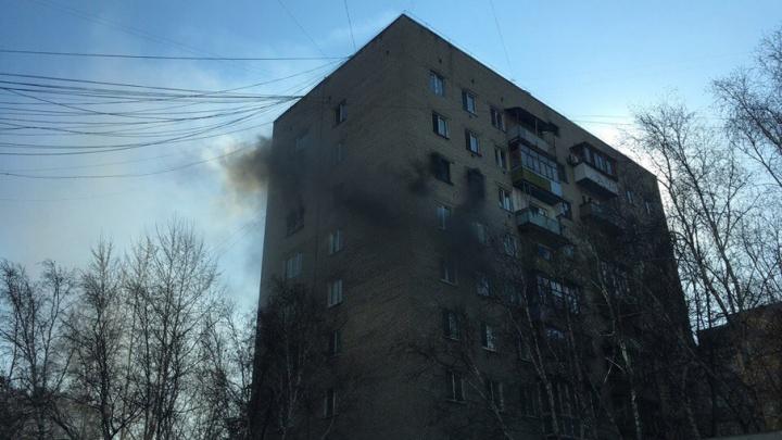 Пожар в девятиэтажке на улице Ялуторовской: из горевшей квартиры спасли трех человек