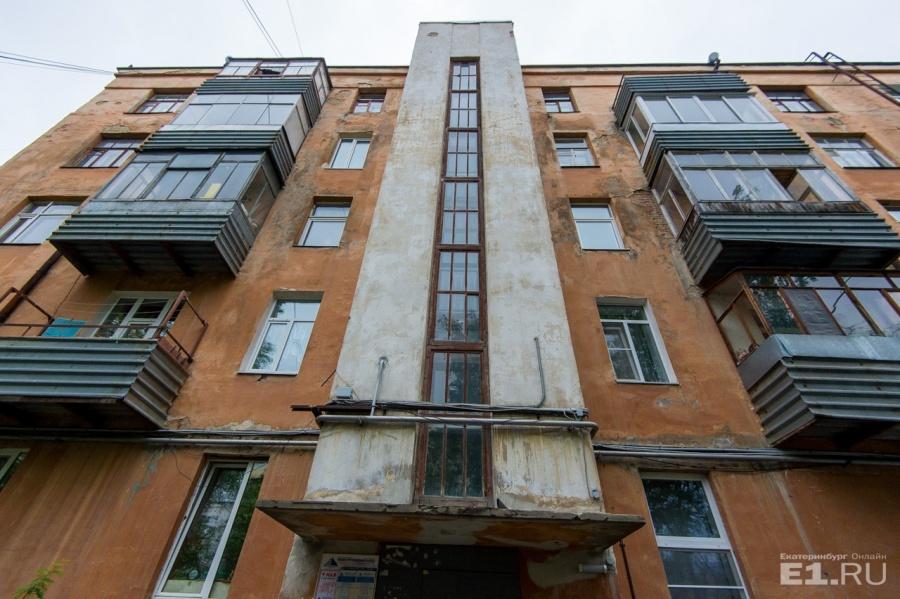 Дмитрий Катарин рассказал, что на первом этаже когда-то был паспортный стол Ленинского района.