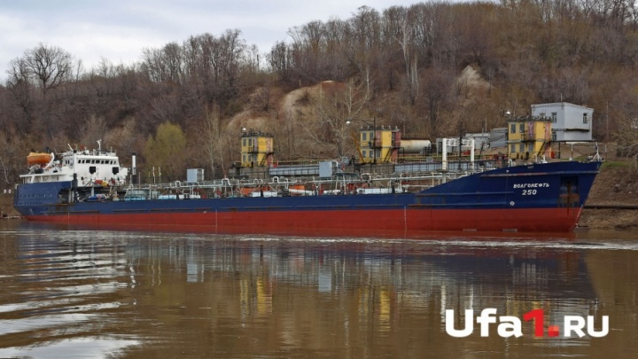 Нефтеналивной танкер прибыл в Уфу впервые за семь лет