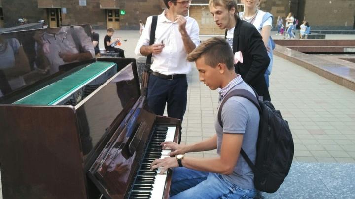 На площади перед публичной библиотекой поставили пианино