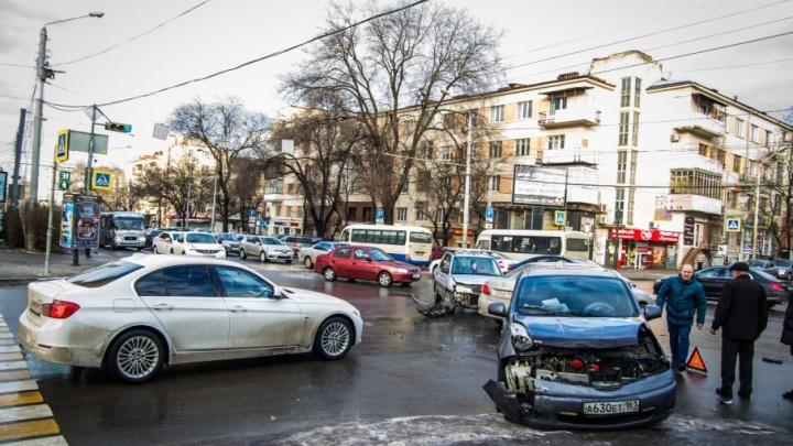 В центре Ростова столкнулись две иномарки, есть пострадавший