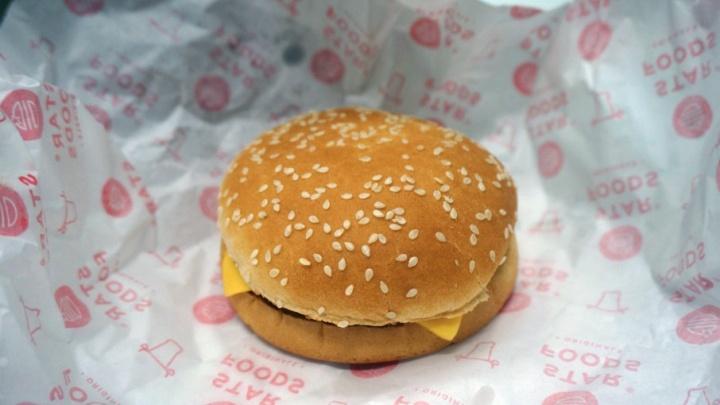 Котлета с хлебом по-американски: лучший эконом-бургер в Архангельске оказался серым