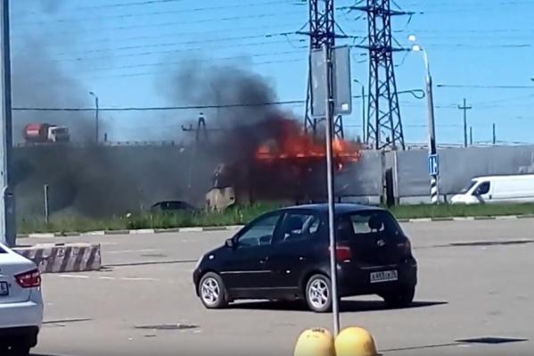 Водитель успел выпрыгнуть из горящей машины