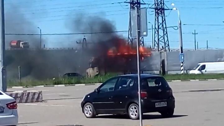 В Ростове полыхает фура с украинскими номерами: из-за дыма не видно дороги