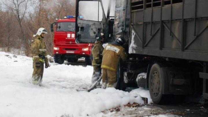 Ущерб на 500 тысяч  рублей: в Тюменской области сгорел стоявший на парковке МАЗ