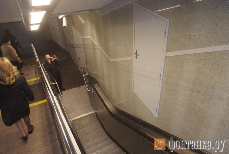 Дверь в стене над эскалатором